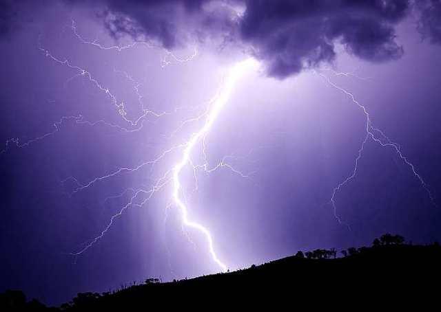 Lightning_strikes_hill_january_2007